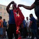 Грчкото МНР го осуди палењето на турското знаме во Атина