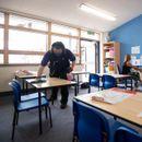 Велика Британија планира учениците да ги врати во училиштата на 8 март