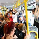 Среде пандемија во неколку линии од скопскиот јавен превоз патниците си дишат во врат