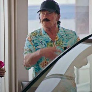 """Арнолд Шварценегер е стереотипен продавач на """"мускулни"""" автомобили во нова хумористична реклама"""