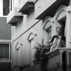 Реклама која испраќа порака до бучните соседи во карантин