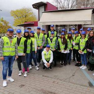 """Ученици од Сообраќајната единица при СОУ """"Ристе Ристески-Ричко"""" ја развиваат свеста кај пешаците и возачите во Прилеп"""