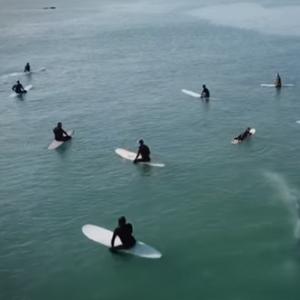 Ќе ви ја замpзне kpвта: Кит поминува под група сурфери среде океан