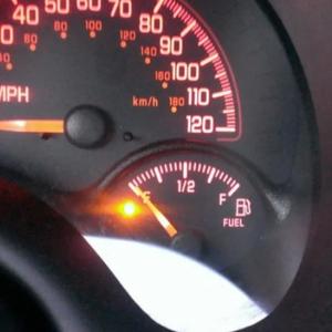 За колку километри останува бензин во резервоарот кога ќе се запали сијаличката за гориво?
