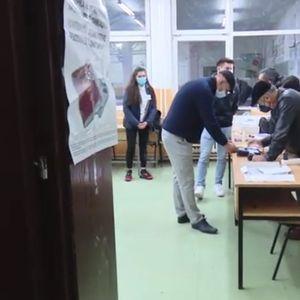 Изборна атмосфера во Чаир и Бутел – биометриските уреди го успоруваат гласачкиот процес