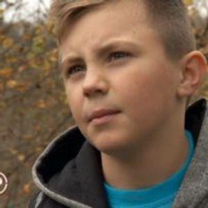 Ја додадов мама на Фејс, не ме прифати – Животот на ова златно дете Дејан ќе ви го скрши срцето (Видео)