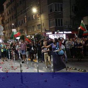 29-и ден на антиправителствени протести, замеряха с яйца и домати централата на НФСБ (СНИМКИ)