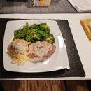 Свинсо филе со сос од печурки и зеленчук