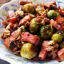 Топла салата со прокељ, сланина и ореви