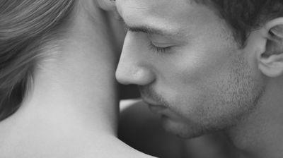 Пет работи што мажите ги прават само кога се вљубени