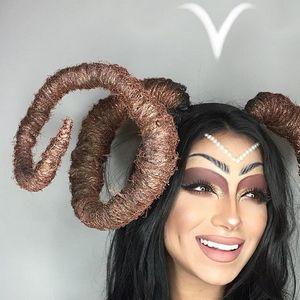 Се трансформира во сите 12 хороскопски знаци со шминка