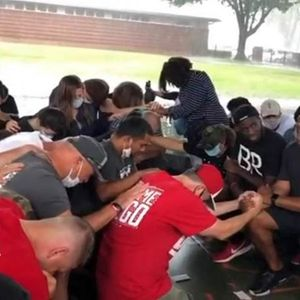 Несекојдневно видео од САД: Белците клекнати бараат прошка од Афроамериканците