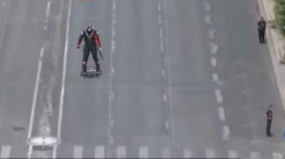 """Војници од иднината: На парадата во Париз се појави """"летачки војник"""""""