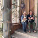 Кралски живот по самоизолација: Чарлс и Камила среќни со кучињата