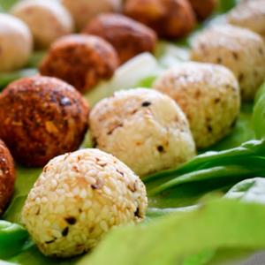 Посно и евтино предјадење: 3 вида вкусни топчиња со различен вкус направени од иста смеса