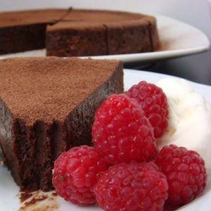 Едноставна чоколадна торта: Потребни ви се неколку намирници, еден сад, лажица и калап за печење