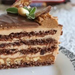 Сникерс торта со кикирики и карамел, кремаста и вкусна и не е премногу слатка, без брашно