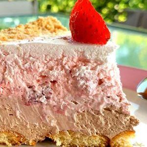 Сладолед торта со нутела, плазма и јагоди – за 15 минути е готова
