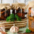 Модар патлиџан во тегла со домати, лути пиперки и лук – Ова е салата број 1 за овогодишната зимница