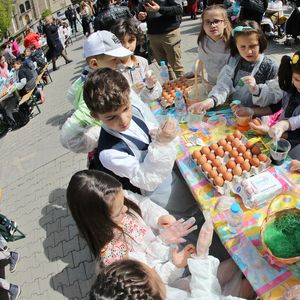 ДОБРИ КАУЗИ: Деца подариха яйца на социално слаби