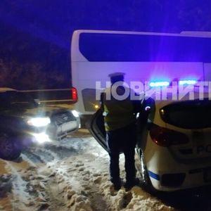 НА ЗАЛЕДЕН ПЪТ: Автобус направи серия от опасни маневри с превишена скорост (ВИДЕО+СНИМКИ)