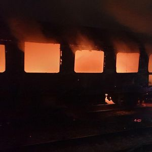 Изгоря вагон на пътнически влак във Варна (ВИДЕО+СНИМКИ)