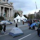 Blokiran saobraćaj ispred Skupštine: Nezadovoljna grupa frilensera postavila šatore nasred ulice