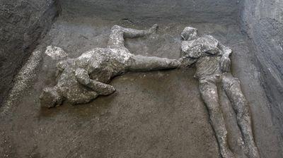 """""""IZUZETNO OTKRIĆE"""" Arheolozi u Pompeji pronašli gotovo savršeno očuvana tela imućnog muškarca i njegovog roba"""