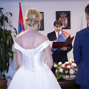 SRPSKI MLADENCI 001 Beograđani Ana i Aleksandar stali na LUDI KAMEN U ŠANGAJU, venčao ih konzul, a mučila ih torta
