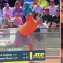 Контроверзниот австралиски тенисер се извини за столчето фрлено на теренот