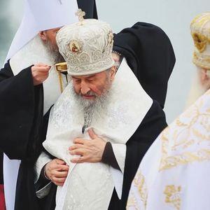 Водици во Украина: Архиепископот побара да му истурат вода под мантијата