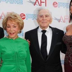 Сопругата и синовите не добија ниту цент: Откриено е на кого Кирк Даглас остави богатство проценето над 60 милиони долари