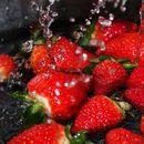 Таа ги слушаше советите и ги изми јагодите во солена вода: Погледнете што излезе од нив! (ФОТО)