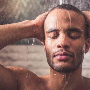 Утринско или вечерно туширање? Еве што е подобро за вашето тело