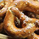 Однадвор крцкави, а внатре меки: Рецепт за најдобрите миризливи переци од вашата кујна