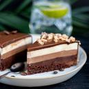 САМО ЗА ВИСТИНСКИТЕ ЉУБИТЕЛИ НА ЧОКОЛАДОТО: Нема да можете да ѝ одолеете на оваа торта (РЕЦЕПТ)