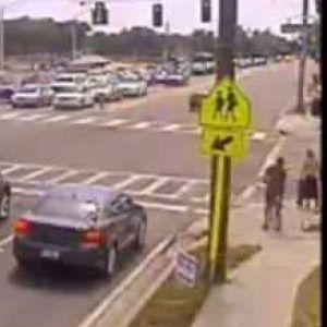 Ова не сте го виделе: Моторџија удира во кола, лета во воздух и застанува на нозе!