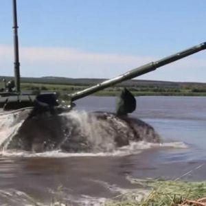 DO SADA NEVIĐENO - TENK I PODMORNICA: Rusi pokazali novine na moćnom T-72