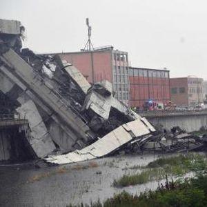 """ВИДЕО: Сведок на страшната несреќа во Џенова - """"Делови од мостот паѓаа на 20 метри од мојот автомобил"""""""