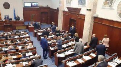 Уставните измени поминаа во Собранието - на потег е Грција
