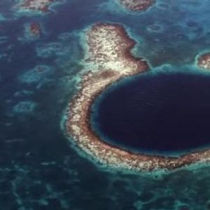 """Милијардерот нурна во длабочините на мистериозната """"Сина дупка"""": Поради неговото откритие, светот е во страв"""