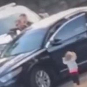 Ѝ ги уапсиле родителите, па таа излегла од автомобилот - полицајците запрепастени од нејзиниот потег