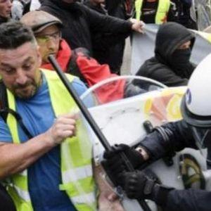 """ВИДЕО: Насилство на протестот на """"жолтите елеци"""" во Брисел - полицијата употреби солзавец"""