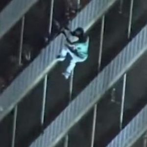 Пожарникарите стигнале на повикот па останале запрепастени: Човек се спуштл од 19 спрат како Спајдермен