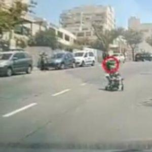 Застрашувачка сцена во Израел - бебе во количка се движи низ улица полна со автомобили