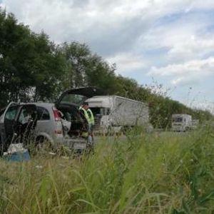 Страшна сообраќајка во Нови Сад: Смачкани автомобили, расфрлани куфери и торби на патот- три жени загинаа