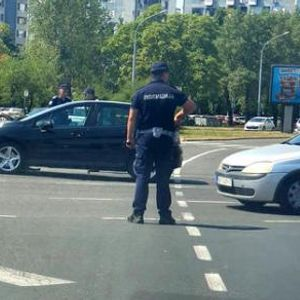 Страшна несреќа во Белград - автомобил се преврте на кров