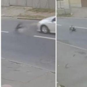 ВИДЕО: Момче претрчувало по улица во Украина - по удар од автомобил излетало неколку метри во воздух