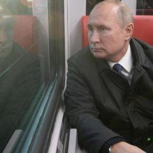 ВИДЕО: Путин денеска се возеше во градски превоз - рускиот претседател доби и традиционален подарок