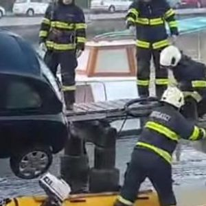 ВИДЕО: Жена лошо се паркирала - автомобил висеше над морето во Задар, а таа мирно седеше и чекаше спасувачи